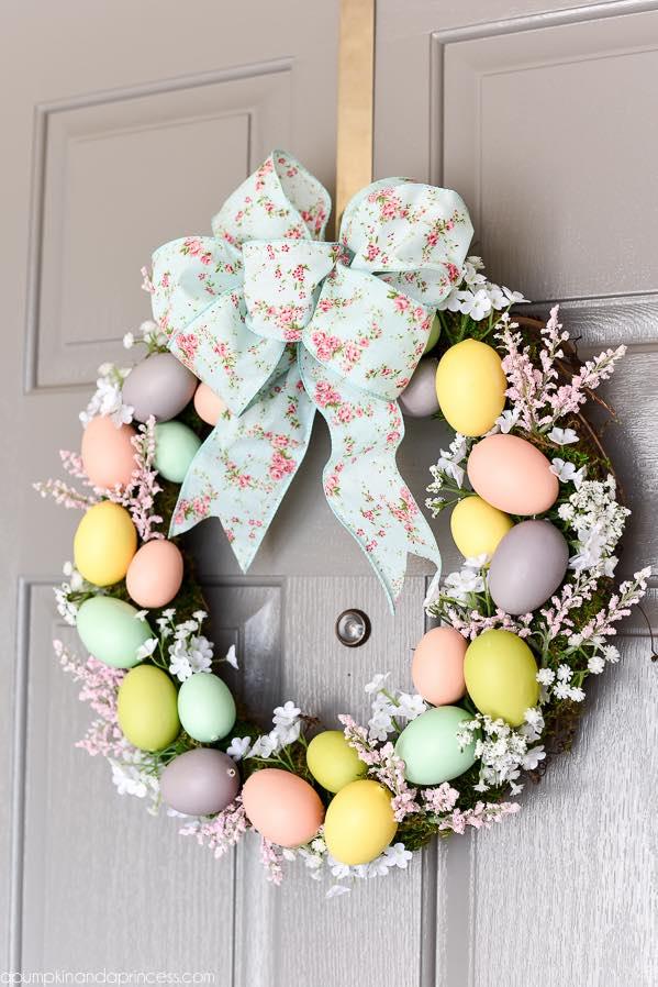 Flower and egg Easter wreath, Egg wreath, Easter decoration ideas, DIY egg wreath