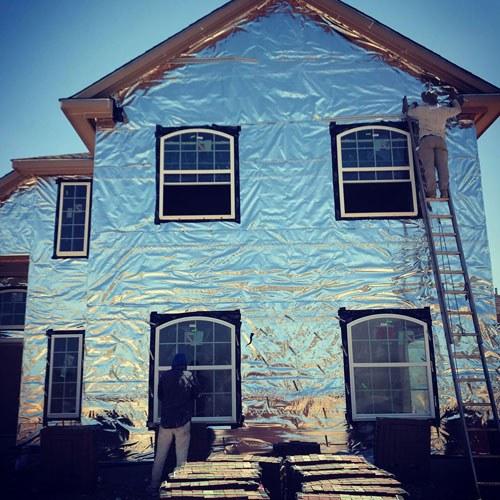 Aplicação de barreira radiante - envoltório da casa