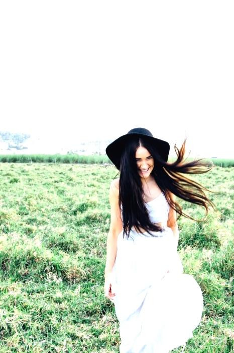 Black sun hat with white dress